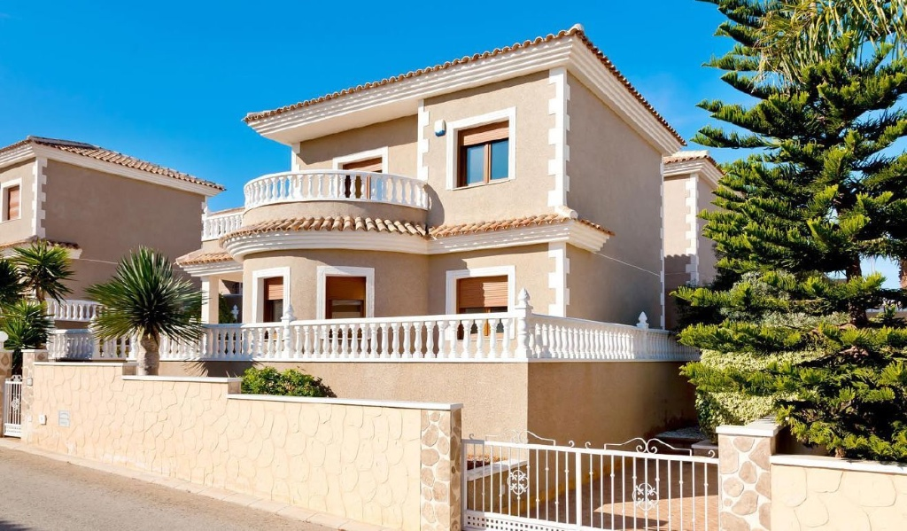 This very large villa has 3 double bedrooms, 2 bathrooms, large living room, separate kitchen, larg,Spain
